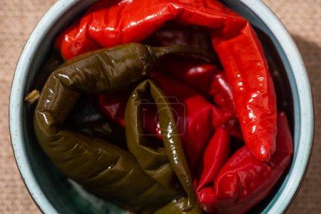 Photo pour Vue du dessus des piments grillés et épicés dans un bol - image libre de droit