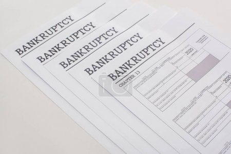 Photo pour Papiers de faillite sur fond blanc avec espace de copie - image libre de droit