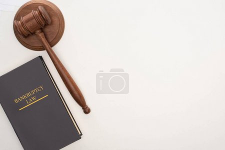 Photo pour Top view of bankruptcy law book and gavel on white background - image libre de droit