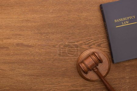 Photo pour Top view of bankruptcy law book and gavel on wooden background - image libre de droit