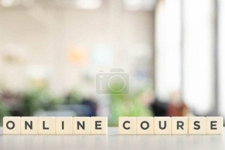 Photo pour Blocs blancs avec lettrage de cours en ligne sur bureau blanc - image libre de droit