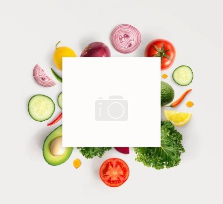 Photo pour Un carré blanc en face de la composition avec divers légumes frais . - image libre de droit
