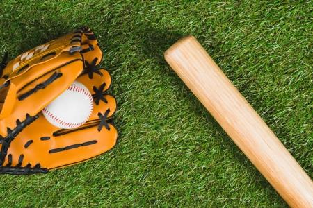 Photo pour Vue de dessus de batte de baseball avec gant et ball sur l'herbe verte - image libre de droit