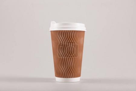 Photo pour Tasse à café jetable en carton, isolé sur beige, café pour aller concept - image libre de droit
