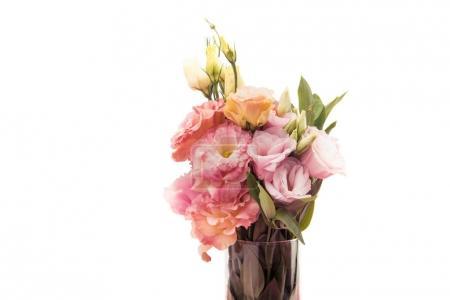 Photo pour Vue rapprochée d'un beau bouquet de fleurs roses tendres dans un vase isolé sur blanc - image libre de droit