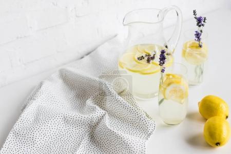Foto de Limonada de verano con flores de lavanda en vasos y jarra de mesa - Imagen libre de derechos