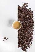 "Постер, картина, фотообои ""Чашка кофе и кофейных зерен"""
