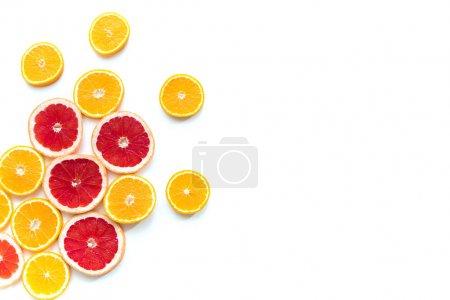 Photo pour Vue de dessus des tranches d'orange juteuse fraîche et de pamplemousse isolées sur blanc - image libre de droit