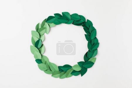 Photo pour Cadre rond de feuilles de papier vert isolé sur blanc - image libre de droit