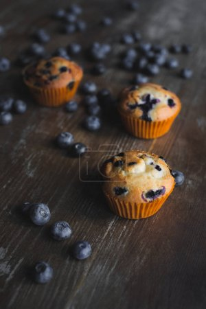 Photo pour Vue rapprochée de délicieux cupcakes aux bleuets mûrs sur la table - image libre de droit