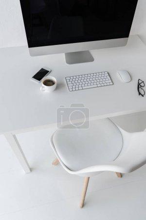 Photo pour Vue d'angle élevé du milieu de travail avec ordinateur de bureau moderne - image libre de droit