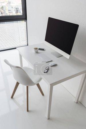 Photo pour Lieu de travail à l'ordinateur avec souris sans fil et clavier de bureau moderne - image libre de droit