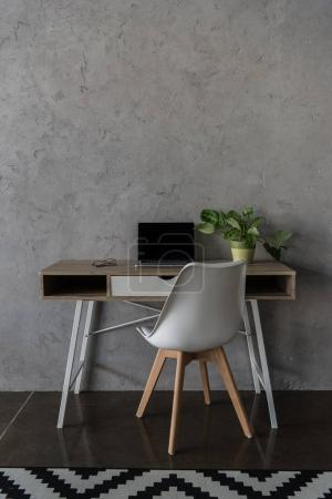 Photo pour Lieu de travail avec ordinateur portable et de plante en pot dans le bureau moderne - image libre de droit