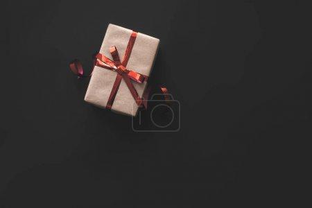 Foto de Caja de regalo de Navidad kraft con cinta, aislada en negro - Imagen libre de derechos