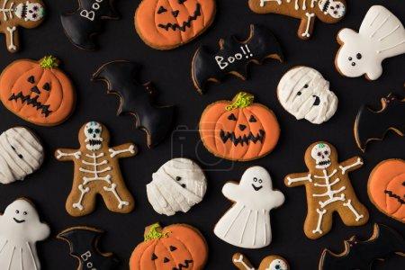 Foto de Vista de cerca de varias galletas espeluznantes de halloween en negro - Imagen libre de derechos