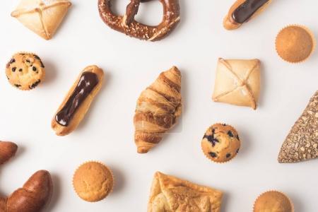 Photo pour Cadre complet de variété de pâtisserie sucrée isolé sur blanc - image libre de droit