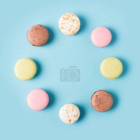 Foto de Lay Flat con arregló varios macarons dulces aislados en azul - Imagen libre de derechos