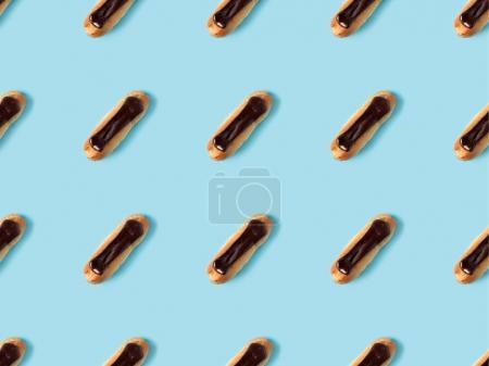 Photo pour Lay plat avec arrangé maison eclairs ganache au chocolat isolé sur bleu - image libre de droit