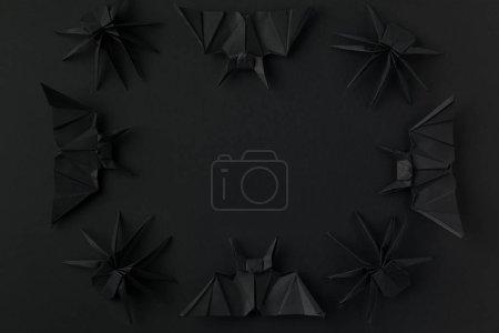 Foto de Marco de Halloween con murciélagos de origami negro y las arañas, aisladas en negro - Imagen libre de derechos
