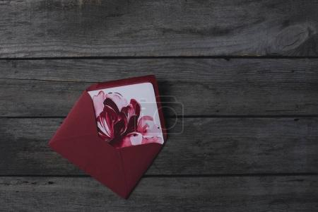 Photo pour Composition de l'enveloppe avec peinture aquarelle de fleur comme invitation sur table en bois rustique - image libre de droit