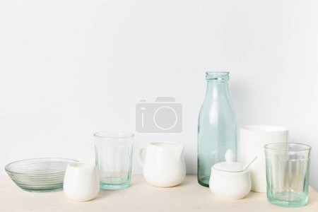 Photo pour Vue rapprochée des ustensiles en céramique et de verre vide sur la table dans la cuisine - image libre de droit
