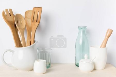 Photo pour Vue rapprochée de divers ustensiles de cuisine vide sur la table - image libre de droit