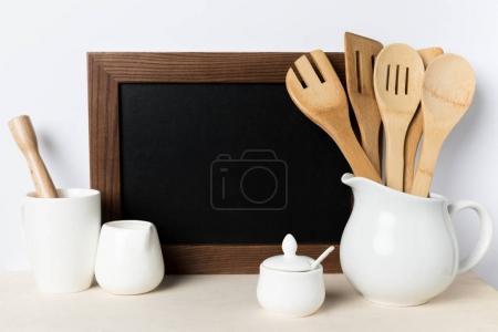Photo pour Vue rapprochée des ustensiles de cuisine en bois, ustensiles de cuisine et chambre vide sur la table - image libre de droit