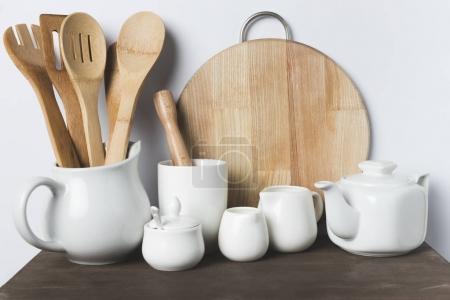 Photo pour Vue rapprochée des divers ustensiles en céramique et en bois sur table - image libre de droit