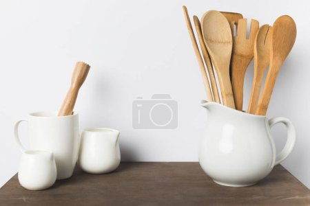 Photo pour Vue rapprochée du bois et céramique ustensiles sur la table dans la cuisine - image libre de droit