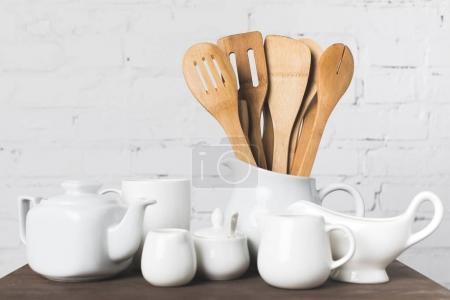 Photo pour Vue rapprochée des ustensiles de cuisine en bois et Articles de cuisine en céramique sur table - image libre de droit