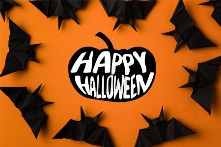 Foto de Marco de Halloween con murciélagos de origami negro, aislado en naranja - Imagen libre de derechos