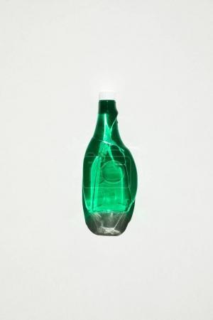 Photo pour Vue de dessus d'une bouteille en plastique vert nettoyage produit isolé sur blanc - image libre de droit