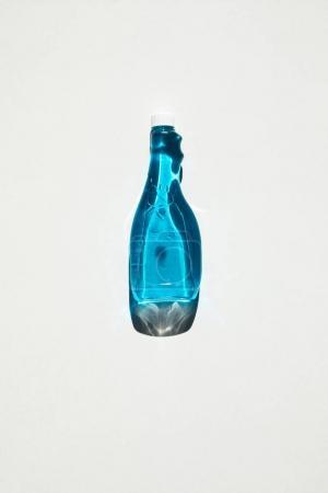 Photo pour Vue de dessus d'une bouteille en plastique bleu nettoyage produit isolé sur blanc - image libre de droit