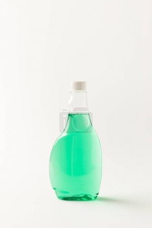 Photo pour Vue rapprochée d'une bouteille en plastique vert isolé sur blanc de liquide de nettoyage - image libre de droit