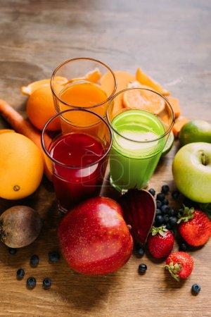 Photo pour Vue rapprochée des smoothies naturels dans les verres et les ingrédients frais sur la table - image libre de droit
