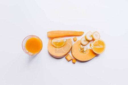 Photo pour Vue de dessus de saine smoothie orange dans le verre et les ingrédients sur blanc - image libre de droit