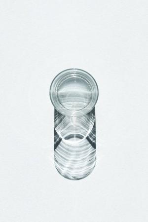 Photo pour Vue du dessus du gin froid en verre avec ombre sur blanc - image libre de droit
