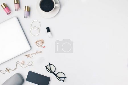fournitures de bureau au travail féminin
