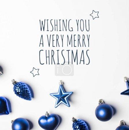Photo pour Haut de la page vue d'ensemble de divers jouets de Noël pour la décoration avec la salutation - image libre de droit