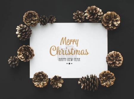 Photo pour Cadre de cônes de pin et carte avec vœux de Noël - image libre de droit