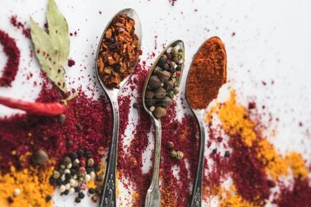 Photo pour Plan rapproché de belle composition d'épices avec cuillères vintage isolées sur blanc - image libre de droit
