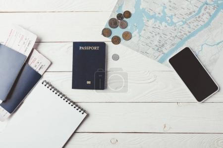 Photo pour Passeports avec billets et argent avec carte sur une surface en bois - image libre de droit