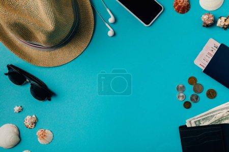 Foto de Sombrero con dinero y pasaporte en superficie turquesa - Imagen libre de derechos