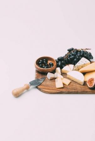 Photo pour Amuse-bouches différents pour couteau vin et fromage sur planche à découper en bois isolé sur blanc - image libre de droit