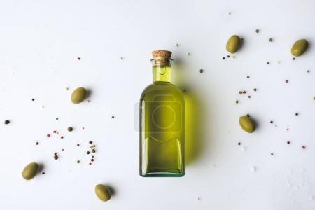 Photo pour Vue du dessus de la bouteille en verre avec huile d'olive et olives isolées sur blanc - image libre de droit