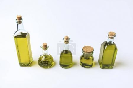 Photo pour Ensemble de différentes bouteilles en verre avec de l'huile d'olive isolée sur blanc - image libre de droit