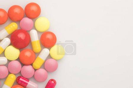 Photo pour Vue de dessus des pilules colorées sur un côté gauche isolé sur blanc - image libre de droit