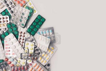 Photo pour Vue du dessus de pile de plaquettes thermoformées avec des pilules colorées - image libre de droit