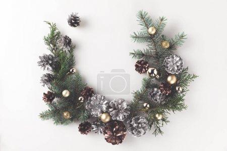 Photo pour Guirlande de Noël faite de branches de sapin, des boules de Noël et des pommes de pin, isolés sur blanc - image libre de droit