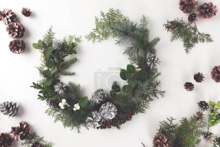 Photo pour Couronne de Noël faite de branches de sapin, cônes de pin et gui, isolé sur blanc - image libre de droit